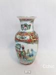 Vaso  porcelana oriental selo vermelho decorado com  gueixas. MEDIDA  16 CM DE ALTURA
