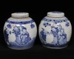 Excepcional par de grandes potiches chineses séc. XIX, dinastia ching (1644/1911) em porcelana de pasta dura cia. das índias decorada em azul underglaze c/cena do cotidiano Diam.: 22cm alt.: 24cm