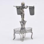 """Antigo paliteiro de coleção em prata de  lei adornado com escultura cinzelada representando """"Garimpeiro"""" Med: 14cm"""