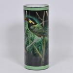 Imponente vaso floreira em formato cilíndrico confeccionado em porcelana ricamente decorada a mão em esmalte com paisagem e aves. Med: 46cm de altura. Assinado Jussara Bahia e datado de 2004