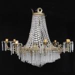 Imponente lustre de teto palaciano confeccionado em bronze dourado com contas em cristais com oito braços articuláveis com acabamentos terminados com pingentes de cristal e na parte interna mas 8 lampadas. Med.: 140x115 cm. Acompanha corrente e canopla. (No Estado)