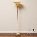 Elegante luminaria de pé alto no estilo frances do séc. XX em petit bronze patinado em ouro velho com cúpula em vidro leitoso e ambar ricamente lavrado com volutas em relevo. Med.: 167 cm.