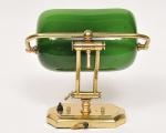 """Luminária inglesa art deco dita """"Banker"""" com estrutura em metal dourado e cinzelado e cúpula em vidro satinado na cor verde. Funcionando. Med: 22cm de altura x 26 cm de comprimento x 9cm de profundidade"""