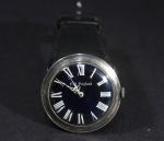 Relógio de pulso masculino vintage, marca OLD ENGLAND, caixa em prata e pulseira de couro preta, movimento a corda, funcionando perfeitamente. Acompanha pulseira sobressalente na cor branca. diâmetro 4 cm.