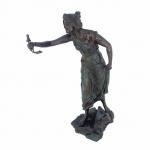 Magnífica escultura em bronze, de origem Européia e estilo renascentista, representado figura feminina com o braço estendido.Exemplar  de proporções perfeitas, rico em detalhes. Antigo e em excelente estado de conservação.Dimensões: 52 cm altura. Aproximadamente 8 kg.