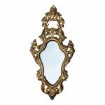 Magnífico e antigo espelho no requinte Luís XV com moldura em madeira talhada, ornamentada com belíssima volutas e florões. Revestimento com pátina na cor Dourado. Exemplar antigo e em excelente estado de conservação. Acompanha espelho. (Novo) Dimensões: 100 cm x 50 cm.