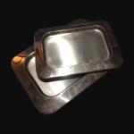 Conjunto com 2 bandejas em aço inox no formato retangular. Dimensões: Comprimentos 48 cm e 38 cm.