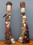 China Séc XIX- Par de excepcionais figuras em marfim ricamente esculpido e policromado, representando Imperador e Imperatriz, com selo vermelho e assinatura, medindo 1 metro de altura, com aproximadamente 17 quilos total.