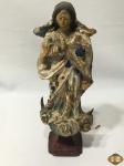 Antiga imagem de Nossa Senhora da Conceição em madeira entalhada com policromia e olhos de vidro. Medindo 29cm de altura. Com falhas na policromia.