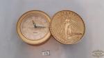 Relogio Despertador de Mesa  moldura moeda 20 dolares  Marca Bulova . Funcionamento Desconhecido.  Medida: 8 Diametro x 4 Altura
