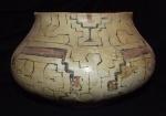 Cerâmica PRE-COLOMBIANA PERÍODO WARI representando vasilha cerimonialista. apresenta policromia em ótimo estado de conservação. medindo 15 cm de altura 10 cm diâmetro.