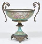 Centro de Mesa em porcelana Francesa  de Sèvres, apresentando belo desenho de cena   romântica da época, base em bronze dourado e cinzelado, altura 26 cm x 25 cm. Apresenta marcas da manufatura francesa.