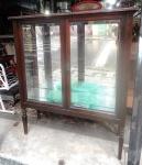 Cristaleira  com  parede espelhada chave e duas prateleiras  de vidro  (desgastes)  1,40 x 1,10 x38  cm