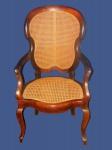 Incomum cadeira  com braços em jacaranda e palhinha indiana.  Amed. 1,04 x63  x 56 cm
