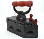 Antigo Ferro Passar a Brasa em Ótimo Estado, Cabo e Trava em Madeira na Cor Vermelha. Medida : 20 X 22 X 9 Cm. Peso 3 Kg.