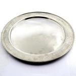Prato para Bolo em Inox Tramontina com Cinzelado de Flores Próximo a Borda. Medida: 30 cm. (Diâmetro).