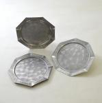 6 (seis) Porta Copos em metal Prateado, Fundo Escovado e Borda com Barrado Pontilhado. Formato Octogonal. Medida : 11 cm. (Diâmetro).