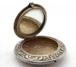 Porta Comprimido em Metal Prateado com Rico Cinzelado em Rocailles e Arabescos com Flores. Modelo Circular - Medidas: 5 Cm. (Diâmetro)