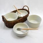 Conjunto composto por 2 (duas) Cumbucas, 2 (dois) Bowls, 2 (duas) Espátulas para  Finger Food. Acondicionados em Cestinha de Vime Trançado. Pegas Laterais. Medida: 22 x 14 cm.