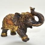 Elefante em Gesso com Trabalho Colorido nas Vestes. Tromba para Cima. Medidas: 12 X 19 X 8 Cm.