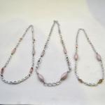 Conjunto com 3 (Três) Colares de Diferentes Tamanhos em Metal Prateado entremeados com Contas Rosadas.