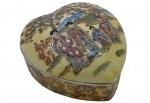 Porta Jóias em Porcelana Chinesa com Pintura Típica de Gueixas em Paisagem. Rica Policromia. Formato Coração. Medida: 8 x 14 x 15 cm.