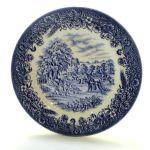 Prato Decorativo em Porcelana Inglesa CC na Cor Branca, Borda em Flores e ao Centro Cena Rural de Colheita em Tons de Azul. Medida: 16,5 cm.  (Diâmetro).