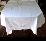 Toalha de Mesa em Cânhamo Fino na Cor Branca. Barrado e Centro Bordado de Flores em Ponto Cruz; - SEM USO - Medida: 2,30 x 1,60 m.
