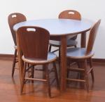 Carlos Motta - Conjunto com mesa e 4 cadeiras modelo São Paulo, medindo mesa altura 74 cm e 1 metro de diâmetro e cadeira altura espaldar 86 cm.