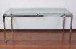 Mesa com tampo de vidro e base em metal cromado no estado, medindo altura 78 x 90 x 1,70. tampo com vários bicados.