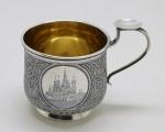 PRATA DE LEI - Rarissíma caneca de prata russa, ricamente decorada com cenas do Kremlin e da catedral de São Basilio, envoltas em medalhoes laterais, com seu contorno preenchido com ramos, muitos definidos, interior espessurado a ouro. Contrastes da cidade pelo de Moscou, marca do ourives M. Dimitriyev (1854-1897). Med. 7,5x10,5x7 cm e peso 130 gr. PEÇA NÃO EXPOSTA NO LEILÃO, A MESMA ENCONTRA-SE NO COFRE DO BANCO.