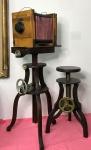 Grande camera fotografica de estudio de madeira, com tripé em madeira ajustes de altura em metal - ano 1900/1930 - acompanha banqueta em madeira com ajustes em metal - medidas da camera 42x33x30 - medida total com tripé 1,30x 0,60