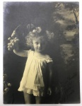 Foto Antiga - Menina com cacho de uva com dedicatória ao fotógrafo Fitz Gerald (provavelmente sua filha) - assinada e datada  Fitz Gerald - 24x18