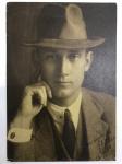 Foto Antiga de época Homem com chapéu assinada e datada porém não identificada a assinatura da foto, somente a assinatura de Fitz Gerald de 1917 - 25x17,5