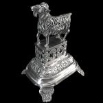Paliteiro em prata vazada, fundida, batida e cinzelada, representando bode. Contraste da cidade de Lisboa e ourives. Portugal, primeiro quartel do Séc. XIX. 14 cm de altura.