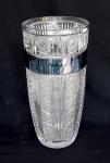 Fratelli Vita, grande vaso em cristal ricamente lapidado em perfeito estado de conservação apresenta faixa com pintura com mínimos desgastes medindo 40 cm de altura por 20 cm de diâmetro.