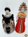 2 bonecas russas com rosto em porcelana vestindo luxuosos trajes típicos. Medindo 28cm de altura