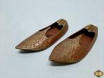 Par de cinzeiros na forma de sapato Aladdin com relevos. Medindo 14,5cm de comprimento.