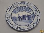 Prato decorativo em porcelana azul e branca com pintura de castelo. Medindo 18cm de diâmetro.