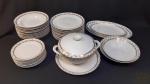 Aparelho de jantar 41 peças em porcelana Real floral com friso ouro. Composto de 12 pratos rasos, 12 de sopa, 11 de sobremesa, 2 travessas redondas funda, 3 travessas ovais rasa e 1 sopeira.
