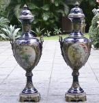 Excepcional par de imensas anforas Francesa em Porcelana de Sevres Sec XIX medindo 1,45 cm de altura com terminacoes em bronze.