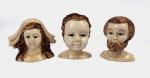 SCRIMSHAW  SAGRADA FAMÍLIA  BELÍSSIMO TERNO DE  ESCULTURAS EM MARFIM DE BALEIA REPRESENTANDO HERMAS DA VIRGEM MARIA, SÃO JOSÉ E MENINO JESUS. Rico trabalho com elaborada qualidade escultórica! EUROPA, SEC. XIX/XX.  8 CM DE ALTURANOTA: A aparência de marfim dos ossos e dentes da cachalote levam a designação de marfim de baleia, nomenclatura conhecida no mundo inteiro. Scrimshaw - é o nome dado a scrollwork, gravuras e esculturas feitas em osso ou marfim.Tipicamente refere-se ao trabalho manual criada por baleeiros feitos a partir dos subprodutos da caça desses mamíferos marinhos.É mais comumente feito dos ossos e dentes de cachalote, a barbatana de outras baleias, e as presas de morsas.A fabricação de scrimshaw começou em navios baleeiros entre 1745 e 1759 sobre o Oceano Pacífico, e sobreviveu até que a proibição da caça comercial.A prática sobrevive como um passatempo e como um comércio para os artesãos comerciais.