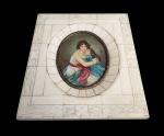 BELA MINIATURA (BEM MAIOR QUE AS ANTERIORES) PINTADA SOB PLACA DE MARFIM COM MOLDURA EM PLACAGEM DE MARFIM ESGRAFITADA. REPRESENTA MATERNIDADE.. ASSINADA PELO ARTISTA. ARREMATES EM BRONZE. EUROPA, SEC. XIX/XX. 16 X 13 CM NOTA: A arte de pintar miniaturas de retratos em aquarela era uma forma de arte inglesa peculiar e havia desenvolvido uma Escola de artistas muito prestigiada. O uso do marfim como suporte começou logo após 1700. Substituiu o pergaminho e demorou muitas décadas para os artistas dominarem esse novo material, pois era muito difícil pintar com aquarelas em uma superfície tão escorregadia. O motivo da escolha do marfim provavelmente se baseou no tom amarelado e transparente semelhante à pele humana, proporcionando uma luminosidade única e uma aparência mais realista. A preparação da superfície e a modificação da tinta foram uma parte essencial no desenvolvimento do processo de pintura do marfim. Os marfis usados eram originalmente espessos com uma superfície polida. Eles foram substituídos por marfim de corte fino que precisava de um processo de raspagem para remover as marcas da serra. Depois disso, a superfície era polida. A superfície oleosa era desengordurada e, para obter transparência e riqueza com a tinta, uma grande proporção de goma arábica era adicionada ao pigmento. Com o aumento da goma, foi necessário adicionar a todos os pigmentos açúcar doce para evitar rachaduras e descamação do marfim, além de um agente umectante para facilitar o processo de pintura.