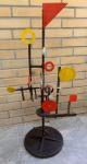 Jean Tinguely - Excepcional escultura de Jean Tinguely, assinada, med. 94cm de altura. 48cm de diâmetro. Todas as obras estrangeiras são vendidas na categoria Atribuído.