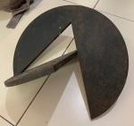 Amilcar de Castro - 94 - Escultura assinada e datada. Med. 02cm de espessura. 40cm de diâmetro.