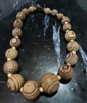 Belíssimo colar feminino, confeccionado em madeira. Modelo vintage, estilo anos 70.