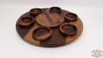 Prato giratorio com 6 cumbucas  para molhos em madeira. Medidas: 45cm de diametro prato, cumbuca 10cm de diametro.7 Peças