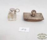 Miniatura de tinteiro e mata borrao em prata 90.Medida mata borao  7 CM X 4 CMtinteirode cristal  3 CM DE altura apresenta pequeno bicado no tinteiro.