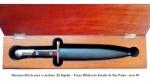Militaria - Raro estojo com a baioneta da carabina .22 Itajubá, utilizado pela antiga Força Pública do Estado de São Paulo. Baioneta de manufatura da Metalúrgica Abramo Eberle, de Caxias do Sul -RS Baioneta muito difícil de se achar, pois foi muito pouco usada, uma vez que o rifle Itajubá (arma originalmente de uso civil), no pequeno calibre .22, era estranho para o uso militar. Este raro estojo era um presente que o Comando da Polícia Militar dava a autoridades em visita a instalações da Polícia Militar, nos anos 70. Baioneta em excelente estado de conservação. A baioneta mede 27,5 cm de comprimento total (com a bainha e 25,0 cm de comprimento sem a bainha. A lâmina mede 14,5 cm. As talas são de plástico vermelho e estão em excelente estado de conservação.