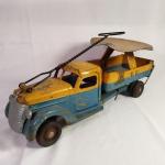 Brinquedo antigo - Antigo caminhão de metal fabricado pela Buddy L nos estados Unidos. Tipo tico-tico, a criança sentava em cima para brincar e ainda podia controlar a direção do brinquedo. Fabricado nos Estados Unidos na década de 50. Mede aprox. 53cm de comprimento